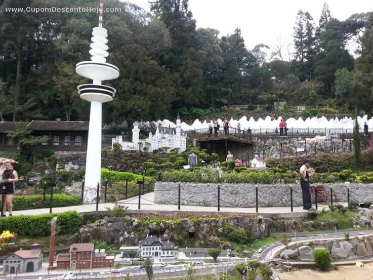 O Mini Mundo é uma atração ao ar livre e nele foram reproduzidas diversas miniaturas de pontos turísticos de todo o mundo para se montar as mini cidades que se baseiam nos monumentos originais.